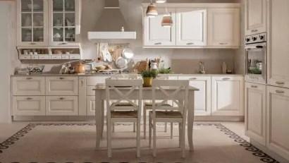 I mobili, in legno, chiarissimi o bianchi saranno abbinati a un tavolo vintage e a sedie con comodi cuscini in stoffa a fiori. Cucine Shabby Chic
