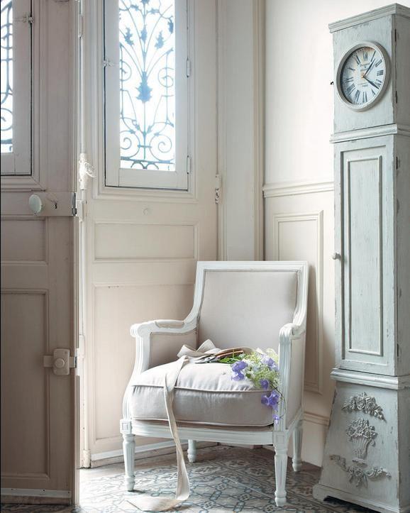 Il marchio, che è dotato di un proprio ufficio stile, propone ogni anno una nuova linea di mobili e due collezioni di complementi d'arredo in sei tendenze ciascuna. Poltrona Maison Du Monde Arredamento Provenzale
