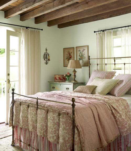 camera da letto con pareti brillanti: Camera Da Letto Pareti Verde Menta Arredamento Provenzale