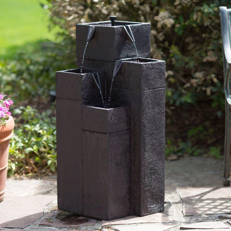 Anche se le fontane da giardino moderne hanno conquistato negli ultimi anni molte preferenze, il fascino di una fontana con vasca e giochi di spruzzi e zampilli non tramonta mai. Fontane Da Giardino Fontane Fontane Per Arredare Il Giardino