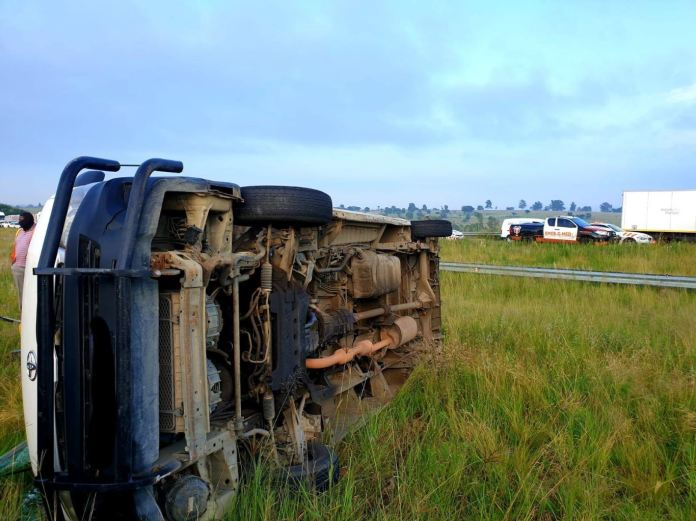 Three injured in a taxi rollover in Nietgedacht