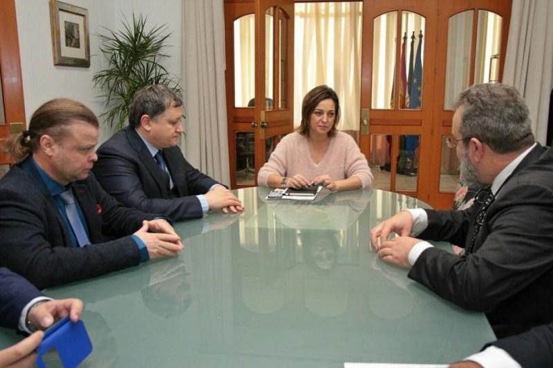 La alcaldesa, reunida con los inversores rusos en su despacho.