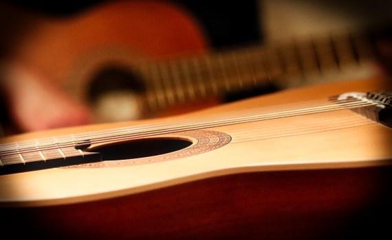 chitarra acustica e classicsa