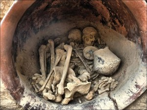The remains of a man and woman found in a grave at La Almoloya , an El Argar society