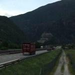 Fort de Bard, la vallée se resserre et le chemin suit l'autoroute