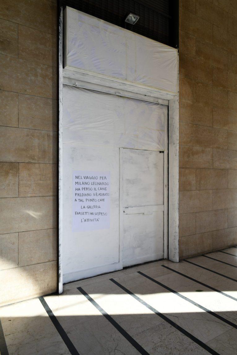 Vittorio Corsini, installazione all'ingresso della Galleria Farsetti, Milano. © Galleria F.Farsetti, Milano e © Arte in Fabbrica, Calenzano. PH Fabrizio Stipari.