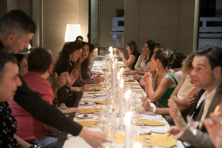 """NORA comunicazione: A tavola durante la cena-performance """"Con l'arte si mangia"""" del 2019, presso lo spazio Workness di Milano"""