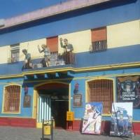 I pupazzi in cartapesta di tre argentini famosi (Peron, Evita e Maradona) salutano dal balcone