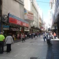 Lavalle, un via pedonale nota per i suoi negozi di qualità, offre oggi prodotti a basso prezzo.