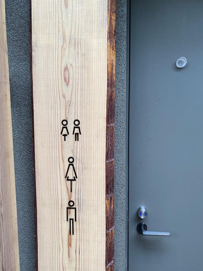 渋谷区立鍋島松濤公園 隈研吾設計のトイレ