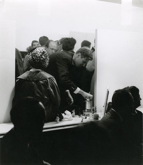 Entweder gibt hier Rudolf Zwirner am 12.9.1963 gegen 20.00 Uhr ein Ei in einen Wasserkocher und eröffnet damit Kölns kürzeste Ausstellung - oder er holt das längst erkaltete Ei wieder heraus. Foto: ©Jaschinski und Dreger; ZADIK, A 2, X, 123