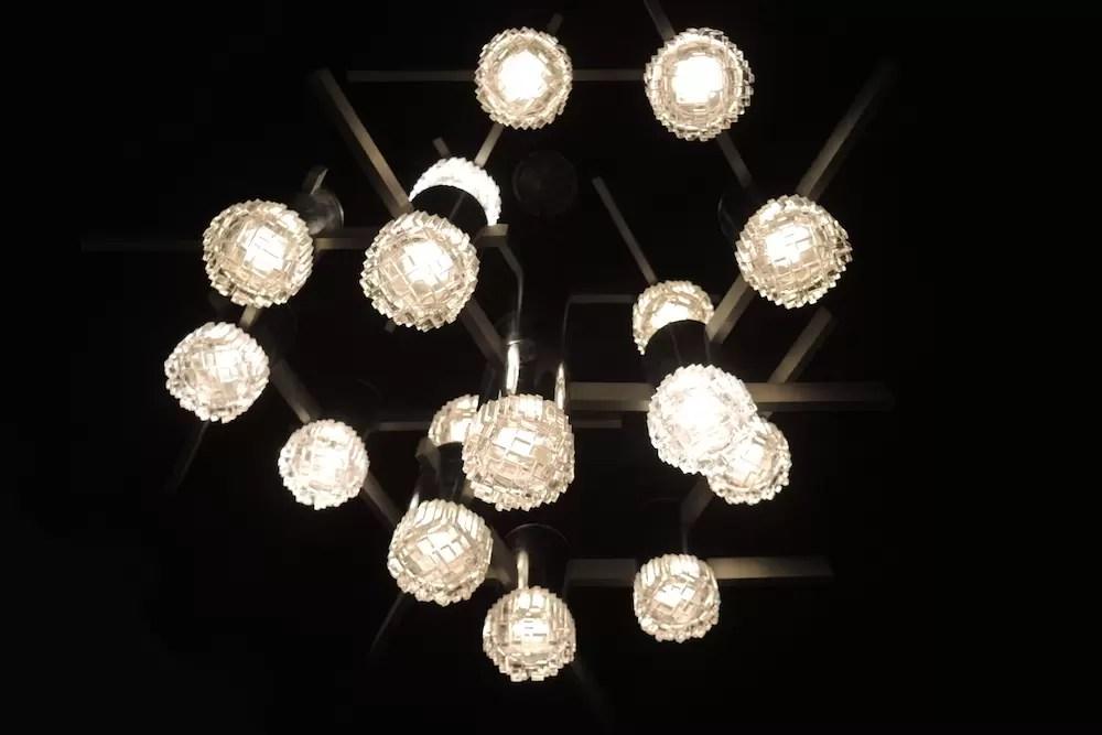 Lampadario vintage di gaetano sciolari anni '70 modernariato stile space age in acciaio cromato a tre luci, con bocce in vetro opalino bianco. Sciolari Anni 70 Lampada Deco E Modernariato Galuchat