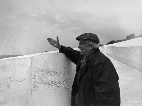 Alberto Burri, presso il Grande cretto di Gibellina, 1987