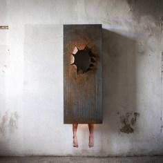 Matteo Suffritti, بدون عنوان (senza titolo), 2016, stampa inkjet su spirit film, ferro, cm 200x60x10