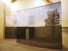 Equilibrio di confine, 2016, misure d'ambiente, installazione assemblaggio di immagine fotografica stampata su organza, silicone acrilico bianco e legno