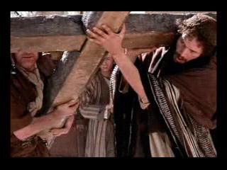 El Cirineo ayuda a Jesús a llevar la cruz.