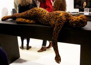 La-nouvelle-sculpture-en-plume-de-Lucy-Glendinning-fascine-le-visiteur-à-la-galerie-Da-End