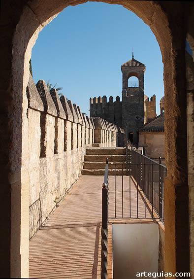 Adarve que comunica dos de las torres del alcázar