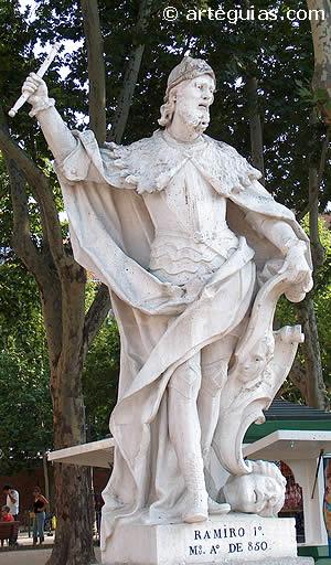 Rey Ramiro I de Asturias. Estatua en la Plaza de Oriente de Madrid