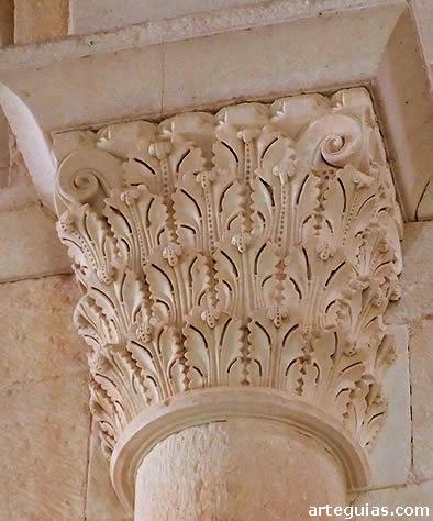 Capitel vegetal con finísima talla de hojas de acanto