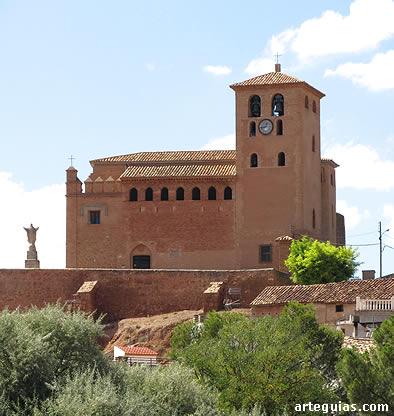 La iglesia fortaleza con su austero aspecto exterior