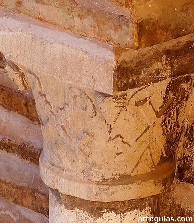 Capitel con llaves cruzadas en honor a San Pedro