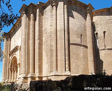 Potentes volúmenes de la iglesia de Santiago de Agüero, en la Hoya de Huesca