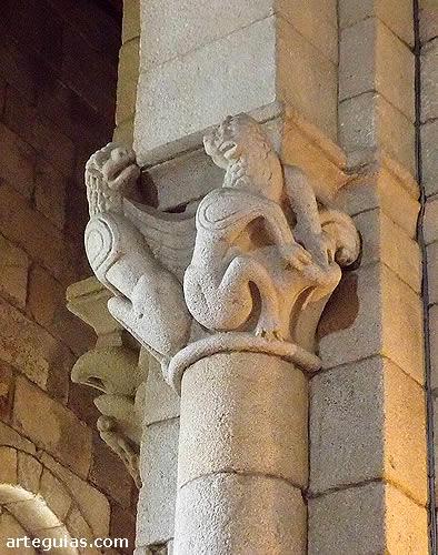 Iglesia abacial del Monasterio de Aciveiro: capitel interior románico