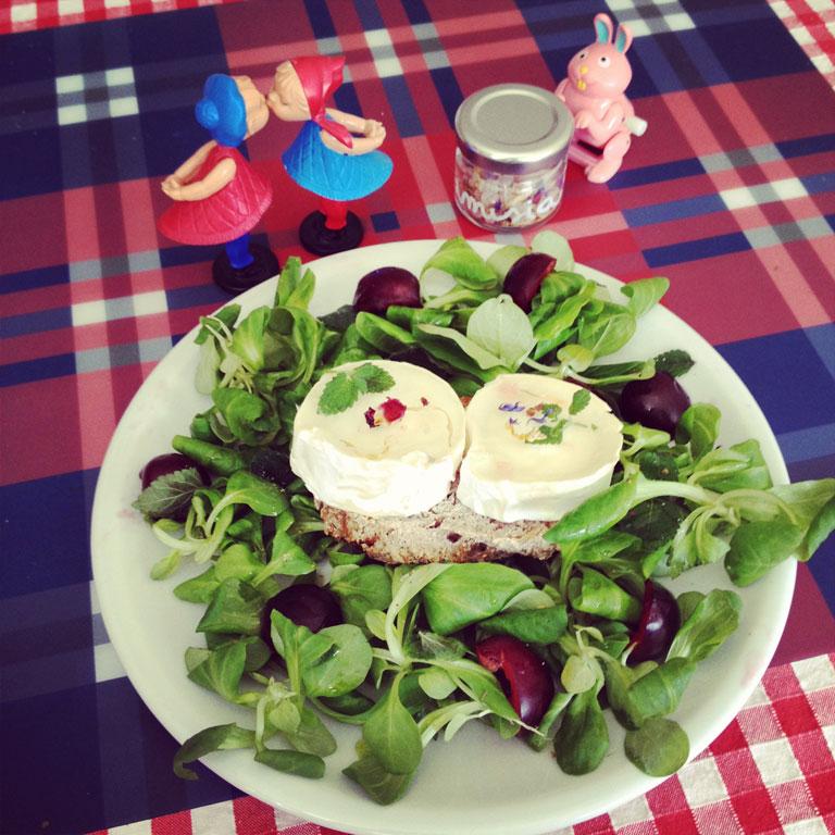 insalata Melissa con ciliegie, formaggio di capra e sale ai fiori