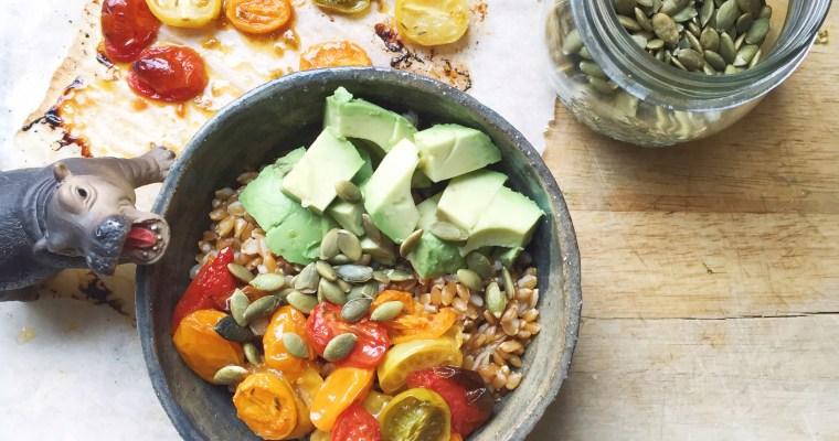 Insalata di farro con pomodorini confit, avocado e semi di zucca