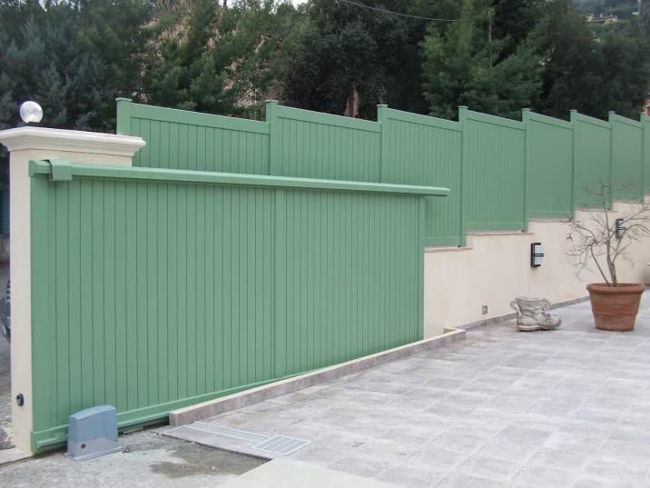Portail aluminium de couleur verte.