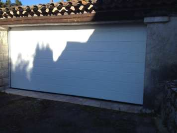 Photo porte de garage sectionnelle blanche