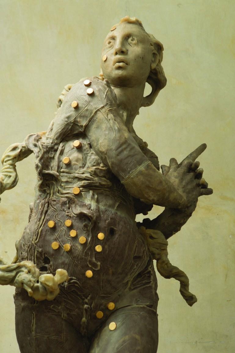 Javier Marín. Mujer de pie . Resina de poliéster con tabaco, madera y dorado. 207x86x69 cm.