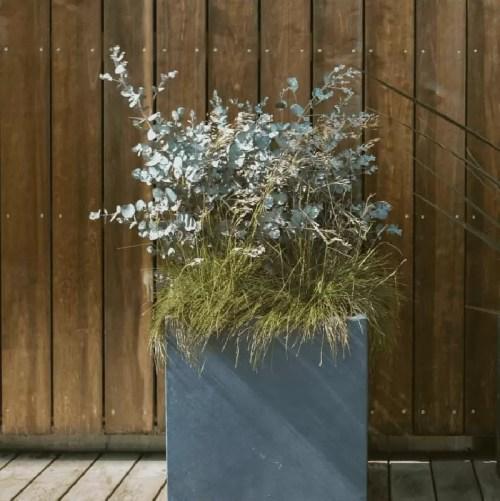 Ghiveci beton usor cubic iarba si eucalipt