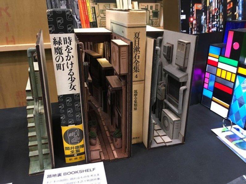 Penyangga Buku Unik Dengan Tampilan Diorama Oleh Seniman Jepang