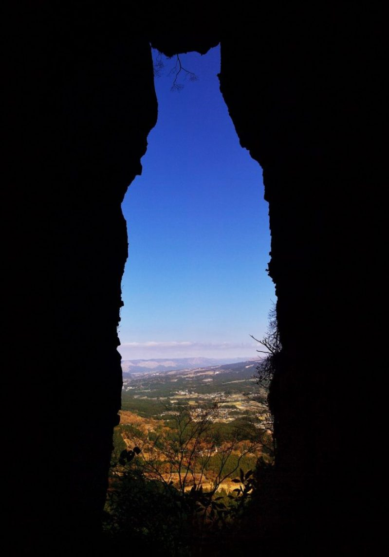 Akibat Gempa, Sosok Kucing Keberuntungan Muncul Di Gunung Kumamoto !