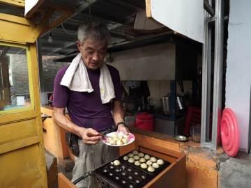 Hada Hiroshi Pria Asli Asal Jepang Yang Menjual Takoyaki Lezat Dengan Harga Murah Di Solo !