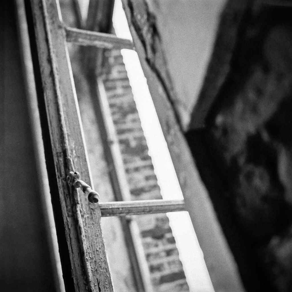 photographe reportage urbex : uziness - anderlues fenêtre