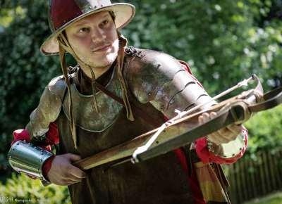 photographe reportage : portrait guerrier médiéval avec arbalète