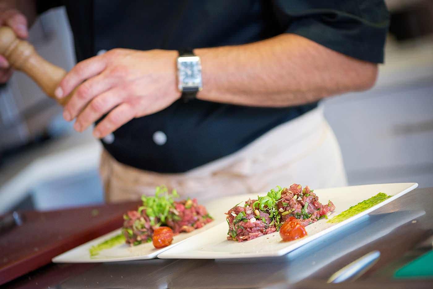 photographe culinaire pour le restaurant inspiration local : préparation tartare