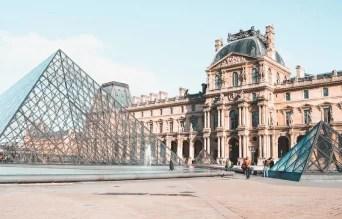 Artify - Vue de la pyramide du Louvre