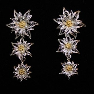 Orecchini pendenti in filigrana d'argento con perno e farfallina raffigurante tre fiori di stella alpina cm 5