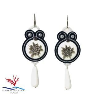 Orecchini color argento e nero con gocce in agata bianca (monachelle color argento) tecnica soutache