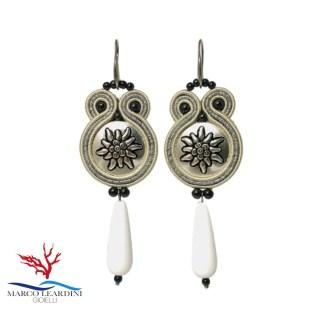 Orecchini bianchi con gocce agata bianca e perline nere onice tecnica soutache
