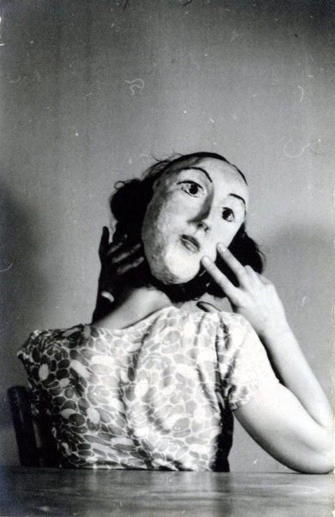 """Όταν τα κλείνω βλέπω εμπρός μου ό,τι ποθώ."""" Ανδρέας Εμπειρίκος, Ενδοχώρα, 1945"""