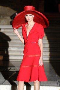 Livia Skugor indossa un modello di Michele Miglionico sulla scalinata della chiesa di San Francesco a Matera
