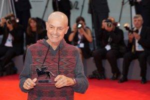 Jonathan Demme esibisce il Persol Tribute al pubblico del red carpet. Venezia72 foto Octavian Micleusanu