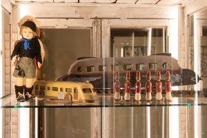 """Giocattoli autarchici del periodo fascista. Bambola """"Balilla"""" e treni con le insegne del regime, Collezione Marzadori in mostra a Ca' Pisani, Venezia. Foto Octavian Micleusanu"""