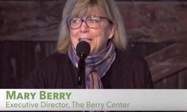 Une éducation pour le «retour à la maison» de jeunes agriculteurs et de leur famille, que faudra-t-il pour remettre en ordre l'Amérique et nos sociétésoccidentales ? Histoire de la passion et de l'engagement de la Famille Berry dans la cause agricole — Mary Berry (fille de Wendell) & Matthew Derr