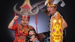 Semarakan HUT RI ke-72, Junior Liem dan Keluarga Memakai Foto Baju Adat Daerah
